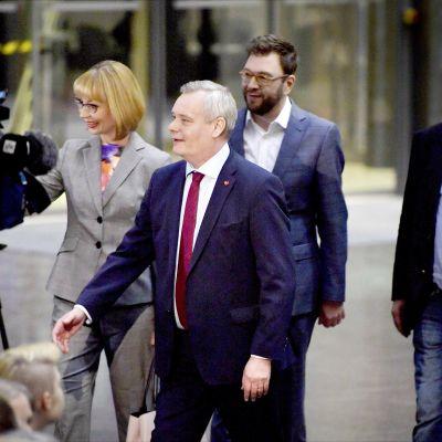 SDP:n puheenjohtajuutta tavoittelevat ehdokkaat Antti Rinne (edessä), Tytti Tuppurainen (vas.) ja Timo Harakka.