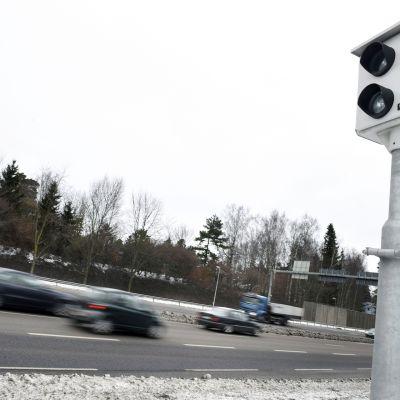 Automaattinen liikennevalvontakamera tien reunassa.
