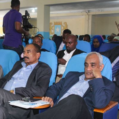 Somalian parlamentin jäseniä kuuntelemassa presidenttiehdokkaiden puheita.