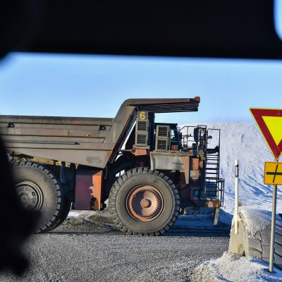 Kiviauto ajaa hakemaan lastia Terrafamen kaivoksella Sotkamosssa pakkassäässä 14. marraskuuta 2016.