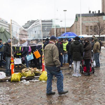 Turvapaikanhakijoiden mielenosoitus rautatientorilla