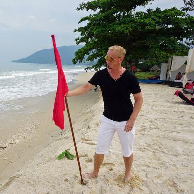 Kovasta aallokosta varoittava punainen lippu on ollut Aava-hotellin rannalla tänä talvena pitkään, samalla kun aallokko on syönyt rantatörmää.