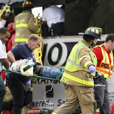 Pelastushenkilökunta kantoi loukkaantunutta onnettomuuspaikalla Biloxissa, 7. maaliskuuta.