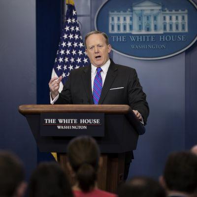 Sean Spicer Valkoisen talon puhjualavalla