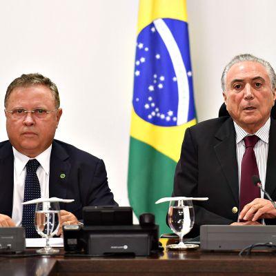 Brasilian presidentti Michel Temer (oik.) kriisikokouksessa yhdessä maatalousministeri Blairo Maggin (vas.) kanssa 19. maaliskuuta 2017.