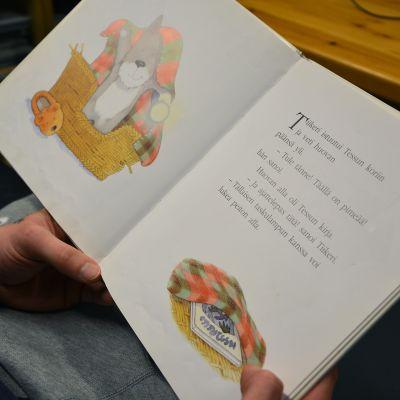 Vangit lukevat iltasatuja lapsille