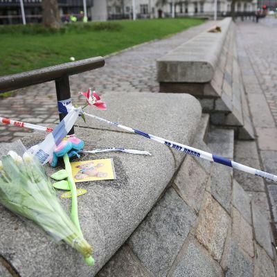 Terrori-iskun uhreja oli muistettu kukkasin Westminster Abbeyn edustalla Lontoossa torstaina.