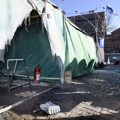 Mieltään osoittavien turvapaikanhakijoiden teltta yritettiin polttaa varhain perjantaiaamuna Helsingin Rautatientorilla.