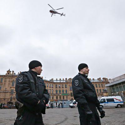 Poliiseja Sennaja ploštšadin metroaseman ulkopuolella 3. huhtikuuta.