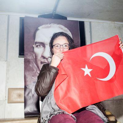 Zuhal Kaçan on vapaaehtoinen kyllä-kampanjassa. Hän uskoo, että Turkista tulee parempi paikka, jos presidentti Recep Tayyip Erdoğan saa lisää valtaa.