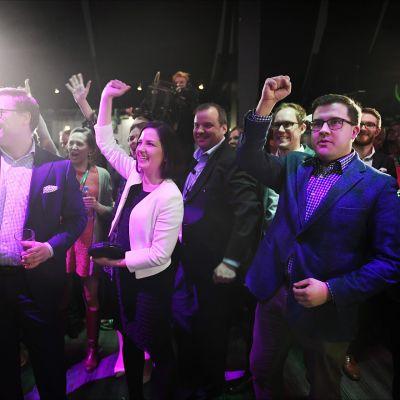 Kokoomusväki reagoi vaalien väliaikatulokseen, jossa puolue on kärjessä kokoomuksen vaalivalvojaisissa kuntavaalien vaalipäivänä ravintola Maxinessa Helsingissä 9. huhtikuuta.