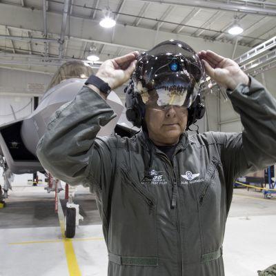 lentäjä sovittaa kypärää