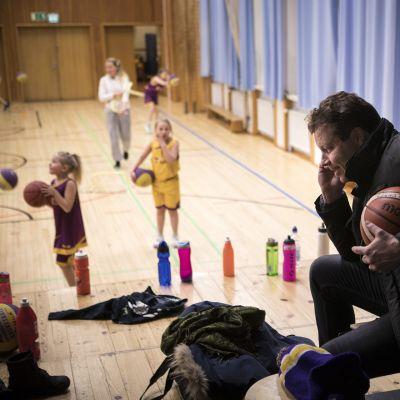 Yaran liiketoimintajohtaja Juha Sarlund oli yksi kyselyyn vastanneista. Hänellä on aina kiire töistä kotiin esimerkiksi viedäkseen tyttärensä koripalloharjoituksiin. Treeneissäkin voi joutua hoitamaan asioita.