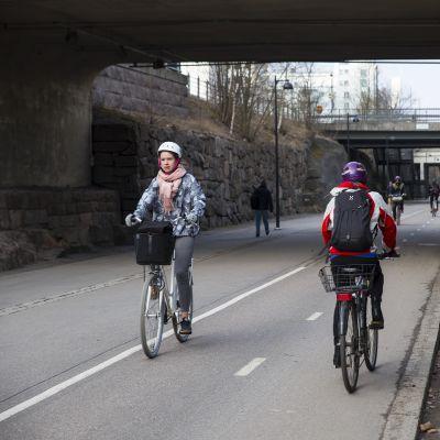 Pyöräilijöitä kevyenliikenteenväylä Baanalla Helsingin keskustassa.