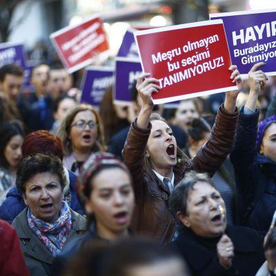 Ihmiset osoittavat mieltään äänestystulosta vastaan 19. huhtikuuta Istanbulissa.