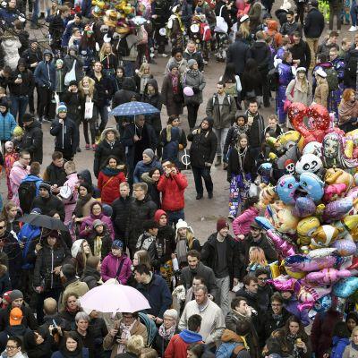 Vapun juhlintaa vappuaattona Helsingin keskustassa