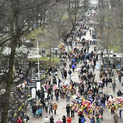 Vapun juhlintaa vappuaattona Helsingin keskustassa 30. huhtikuuta 2017.
