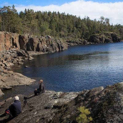 Valamon lounaisrannan pystysuorien kallioiden edestä järvenpohja luisuu jyrkästi alaspäin lahdessa. Ulapan vaahtopäiden kohdalla Laatokka on jo sata metriä syvä.