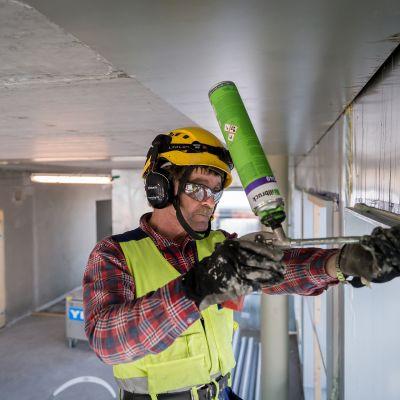 Rakennusmies työssä