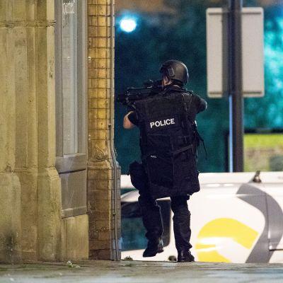 Poliisit tutkivat Manchester Arenan ympäristöä räjähdyksen jälkeen tiistaina.