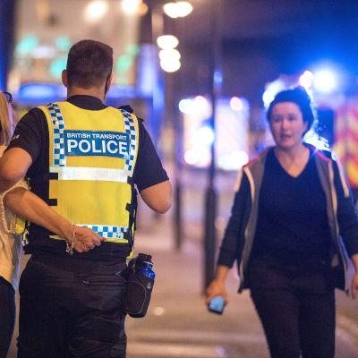 poliisi taluttaa naista