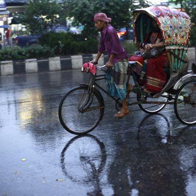 Riksakuski ajaa sateessa