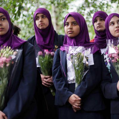 Walthamstonin tyttökoulun oppilaat tuovat kukkia lähelle iskupaikkaa Lontoossa.