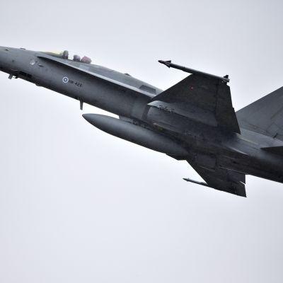Suomen ilmavoimien F/A-18 Hornet -monitoimihävittäjä.