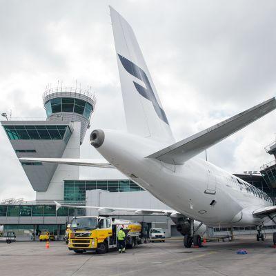 Lentokonetta tankataan Helsinki-Vantaan lentoasemalla.