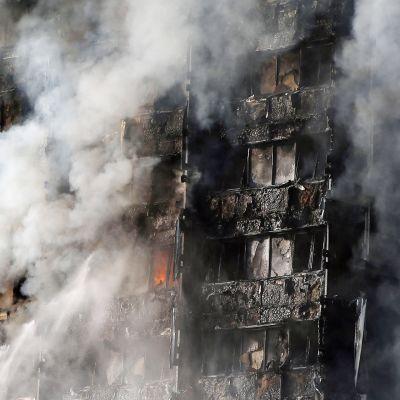 Grenfell Tower palaa Lontoossa.