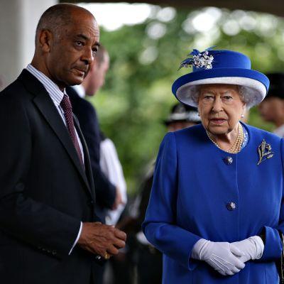 Kuningatar Elisabeth II tapasi Lontoon kohtalokasta tulipaloa sammuttamassa ollutta pelastushenkilökuntaa 16. kesäkuuta 2017.