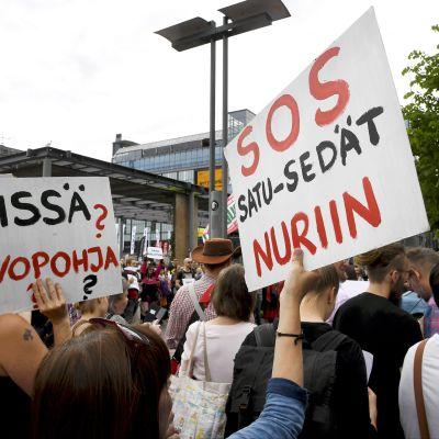 Hallituksen on erottava -mielenosoitus Helsingin keskustassa.