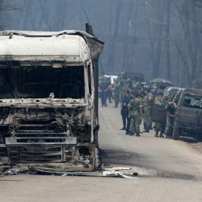 Armeijan henkilöstöä saapui avustamaan tulipalojen jälkitöissä Vila Facaian kylään 19. kesäkuuta.