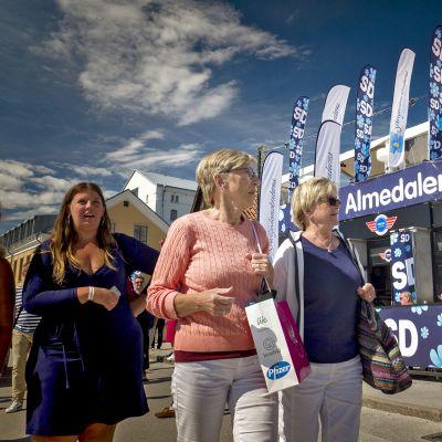 Ihmisiä kävelee ruotsidemokraattien kampanjakojun ohitse Almedalenissa heinäkuun alussa 2017.