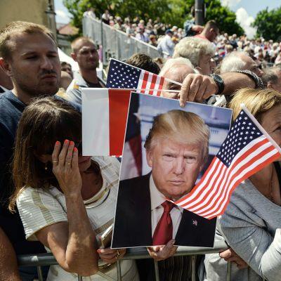 Ihmiset kokoontuvat torstaina Krasinskin aukiolle nähdäkseen presidentti Donald Trumpin.