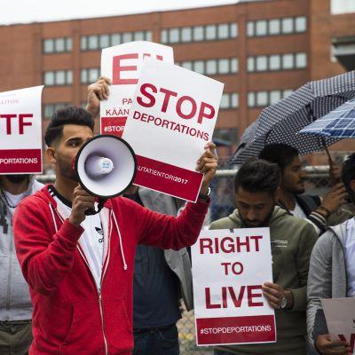 Mielenosoittajia maahanmuuttoviraston edessä.