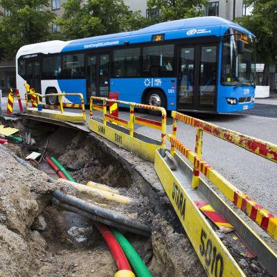 HSL:n bussi ajaa Linnankoskenkatua tietyömaan ohi.