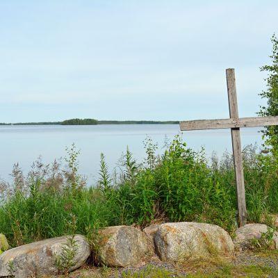 Risti Kalajärven rannassa Peräseinäjoella