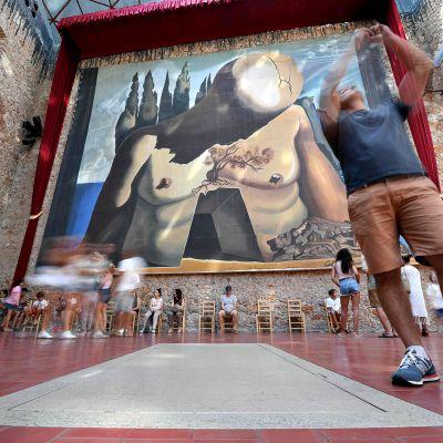 Vierailijoita Salvador Dalín haudan luona Espanjan Figueresissa.