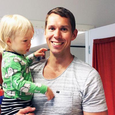 Isä Lasse Heinonen ja poika Jalo tutustumassa Vartiokylän päiväkotiin