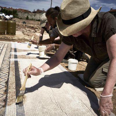 Arkeologit työssään.