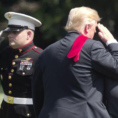 Donald Trump tervehtii merivoimien sotilasta Valkoisen talon pihalla Washingtonissa.