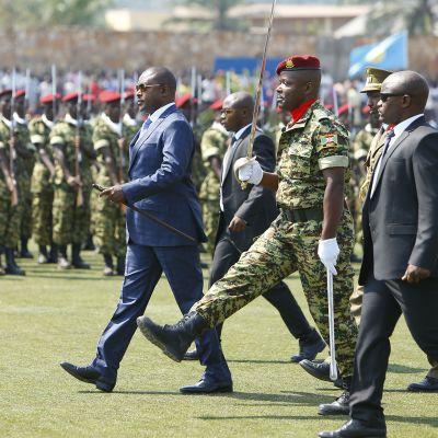Burundin presidentti Pierre Nkurunziza (sinisessä asussa) osallistui Burundin 55-vuotisen itsenäisyyden juhlallisuuksiin pääkaupungissa Bujumburassa heinäkuun alussa 2017.