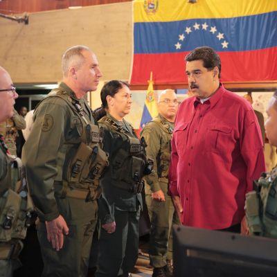 Venezuelan presidentti Nicols Maduro osallistuu hallituksen kokoukseen armeijan johdon kanssa.