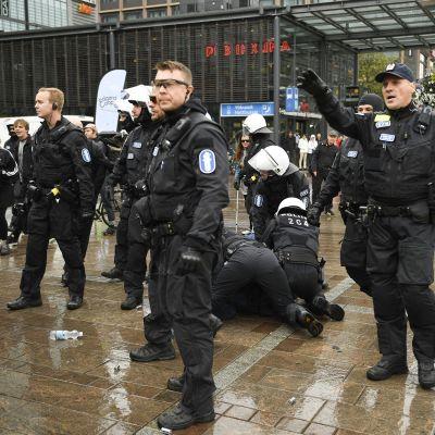 Helsingin Narinkkatorilla oli lauantaina kaksi mielenosoitusta.