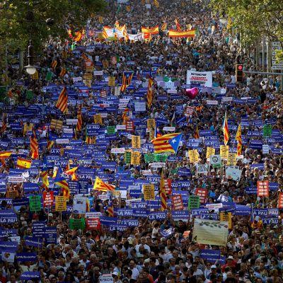 Tuhansia marssijoita rauhanmarssilla La Rambla -bulevardilla.