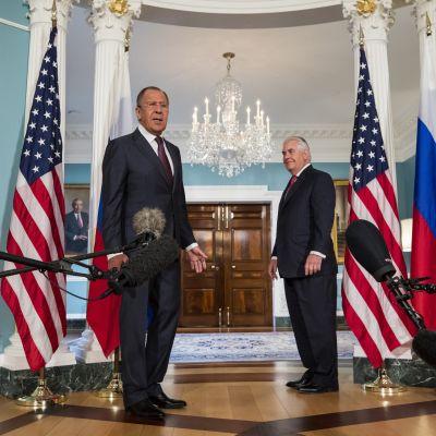 Venäjän ulkoministeri Sergei Lavrov ja Yhdysvaltain ulkoministeri Rex Tillerson Valkoisessa talossa toukokuussa 2017.
