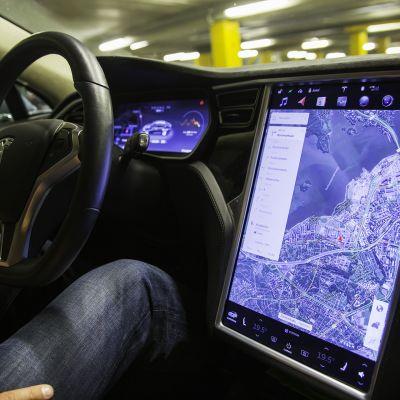 Tesla sähköauton ohjaus monitori