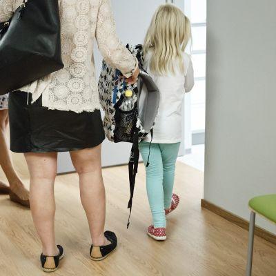 Äiti ja lapsi menossa lääkäriin.