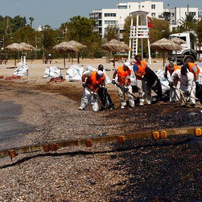 Öljyntorjujia työssään Ateenan rannikolla.